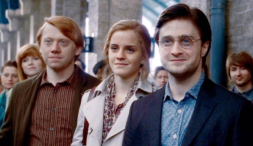 """Harry Potter news. Warner Bros. подала заявление об авторских правах на название """"Гарри Поттер и проклятое дитя"""" и планирует экранизировать пьесу по сюжету книги Дж. Роулинг."""