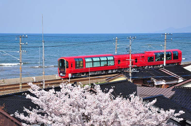 Потрясающие экскурсии на поезде SETSUGEKKA с панорамным видом на западном побережье Японии