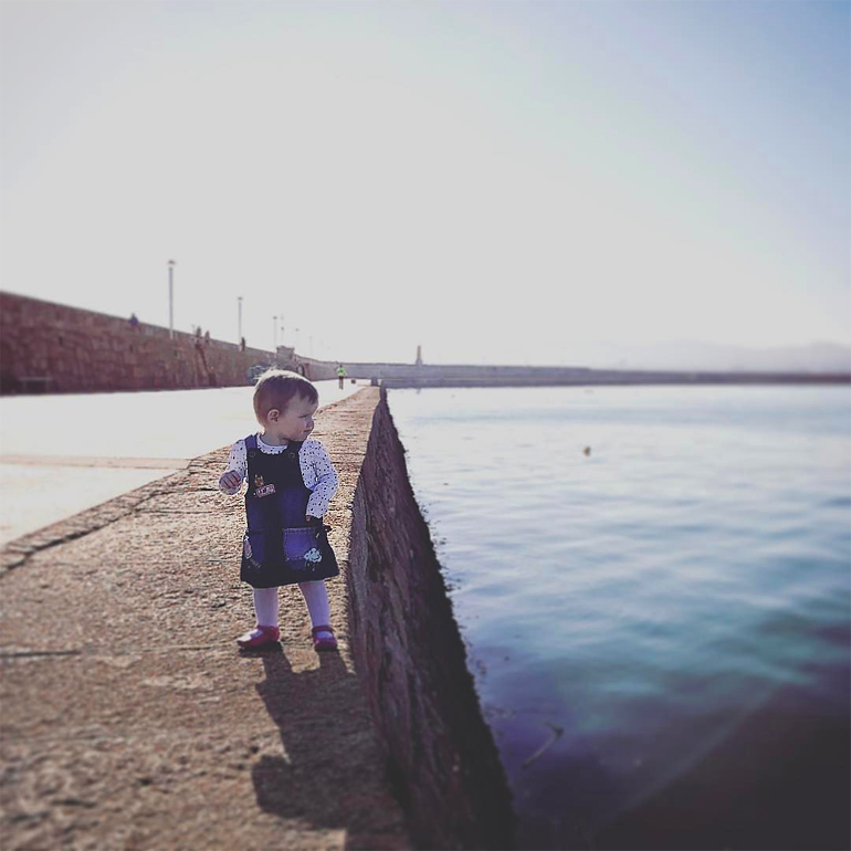 Фотографии ребёнка в крайне опасных ситуациях (7 фото)